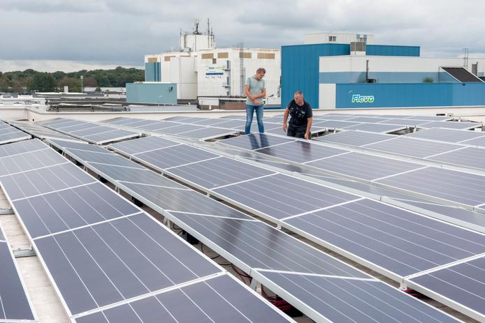 Lex Brouwer, financieel directeur en Gert Simon, hoofd Technische Dienst bij Flevo inspecteren de nieuwe zonnepanelen.