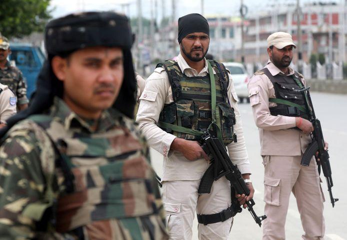 Indiase veiligheidstroepen in de stad Srinagar in Kashmir.