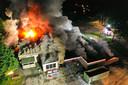 De brand werd rond 22.00 uur ontdekt, rond 23.30 uur bleken er metershoge vlammen uit het pand te slaan.