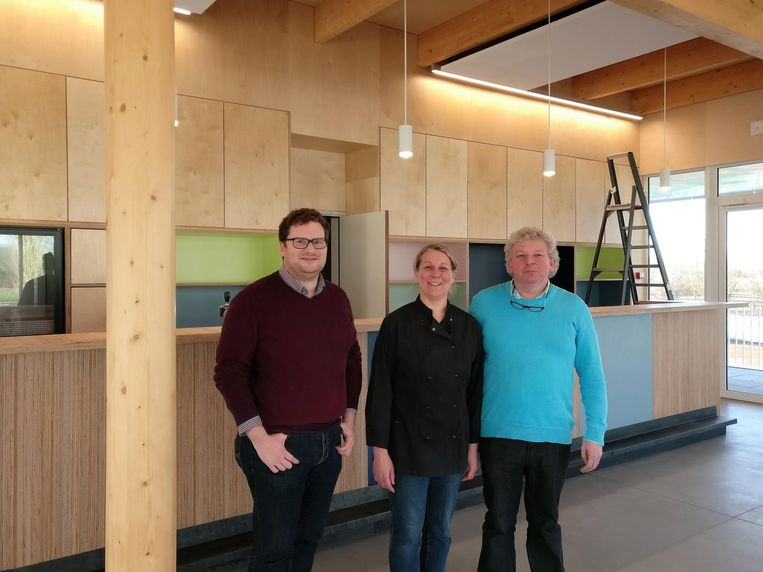 Schepen van Sport Bart Lambrecht (links), samen met Marc Kerssebeeck en Carine Claes, aan de toog van de gloednieuwe brasserie 't Sportzicht.