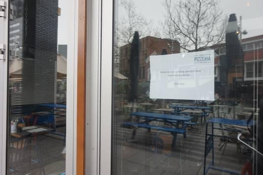 'Gesloten om technische redenen', hangt er bij de Tilburgse pizzeria op het raam.