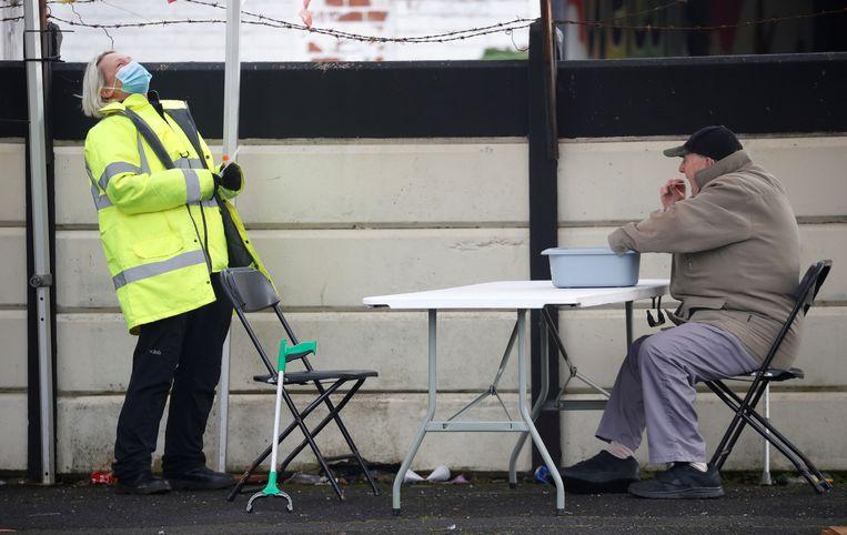 Testlocatie voor het coronavirus in Manchester, Groot-Brittannië. Beeld Reuters