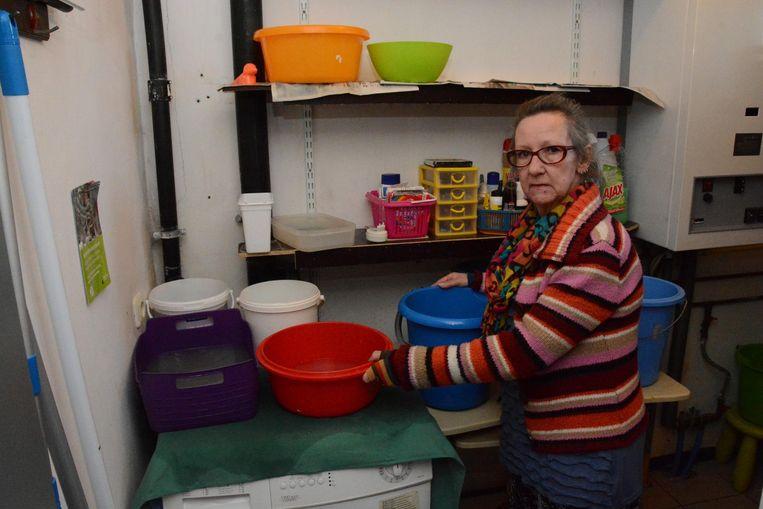 Marleen De Wachter in haar berging waar met regelmaat van de klok plots een massa water door het plafond komt gestroomd.
