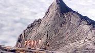 """Foto's naakte bergbeklimmers Maleisië opgedoken: """"Aardbeving is hun schuld"""""""