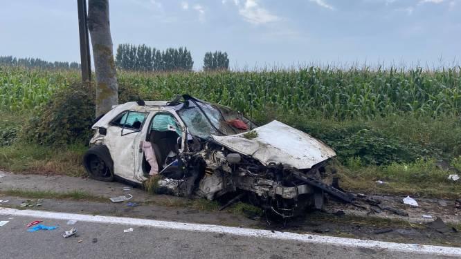 Auto verliest wiel na klap tegen boom: jonge bestuurder in levensgevaar