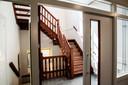 De nieuwe houten trap, nauwelijks te onderscheiden van de originele trap een verdieping lager.