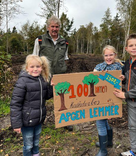 Nieuwe bomen in het Kuinderbos door bijdrage van Apostolisch Genootschap Lemmer