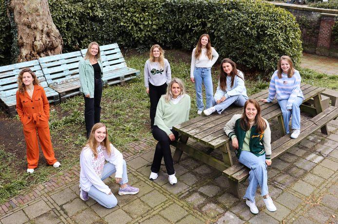 Negen Utrechtse studenten verdiepen in de verhalen van verzetsvrouwen Truus en Trui van Lier.