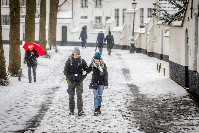 Wandelaars genoten van het sneeuwtapijt in Brugge