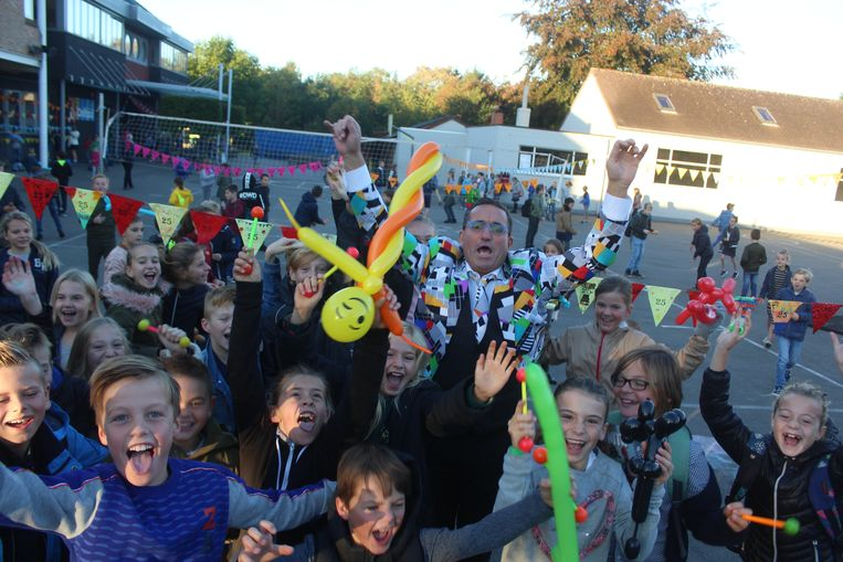 De schooldirecteur werd opgewacht door 400 enthousiaste leerlingen.