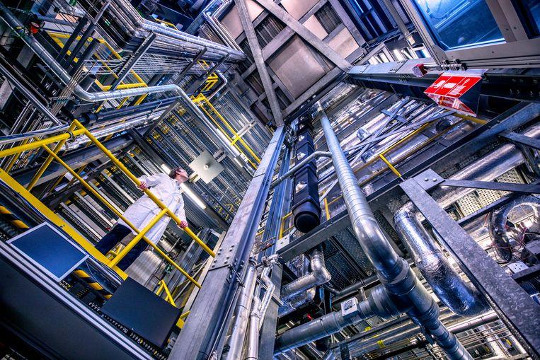 Tim Baart in de Shell-fabriek in Amsterdam Beeld Raymond Rutting / de Volkskrant