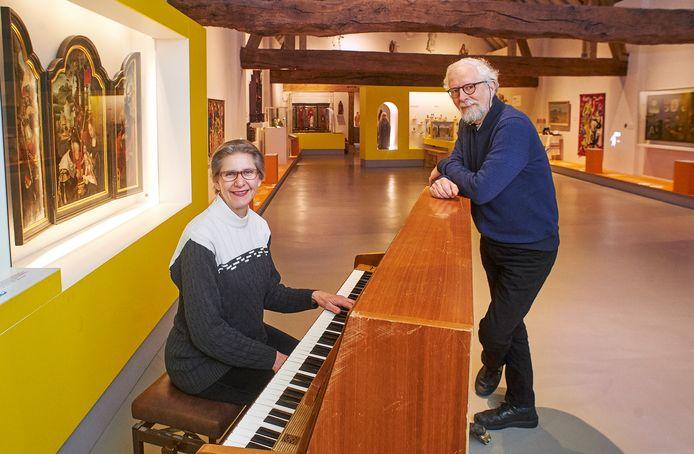 Marie-Astrid Vermaas en Axel  Wenstedt van de muziekcommissie op de plek in het MRK in Uden waar (weer) concerten worden gehouden.
