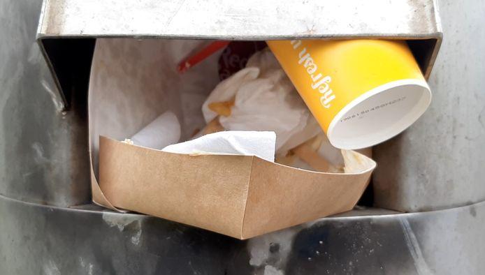 De hoeveelheid afval in vuilnisbakken op straat neemt toe doordat restaurants meer afhaalmogelijkheden bieden, nu ze zijn gesloten vanwege de coronamaatregelen. Gemeenten maken de bakken vaker leeg of plaatsen meer vuuilnisbakken.