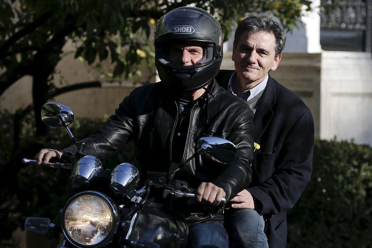 Euclid Tsakalotos (r), hier achterop de moto bij Yanis Varoufakis. Beeld REUTERS