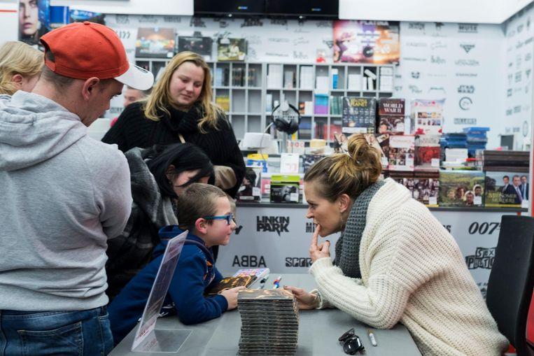 Karen signeert haar soloplaat voor een jonge fan.