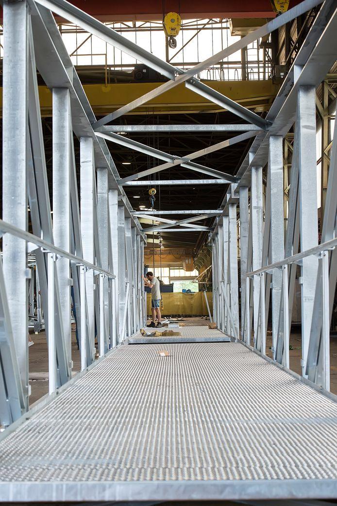 De laatste hand wordt gelegd aan de montage van de brug over de Belcrumhaven.