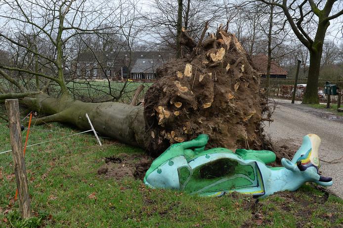 Op landgoed de Barendonk in Beers konden een kunstkoe en een boom niet tegen de harde wind.