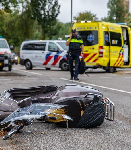 Bestuurder snorscooter gewond naar ziekenhuis na botsing in Roosendaal