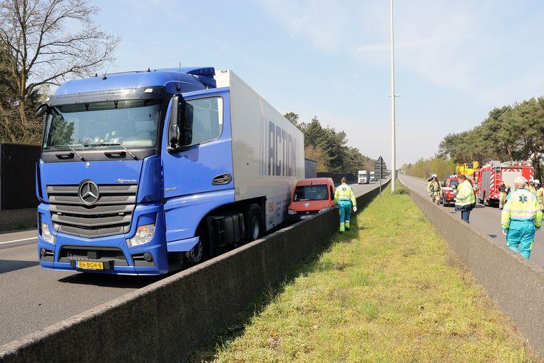 Aan de andere kant van het  dodelijk ongeval plet een vrachtwagen een auto tegen de middenberm.