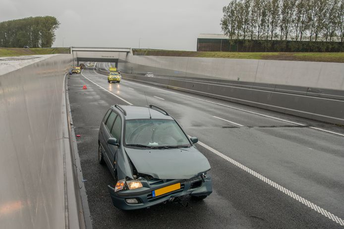 Water veroorzaakt ongeval op A4 bij Steenbergen.