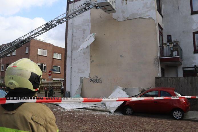 De brandweer verwijdert loszittende stukken stucwerk.