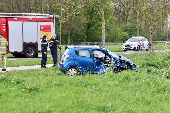 De bestuurder raakte zwaargewond en moest door de brandweer uit de auto worden bevrijd.