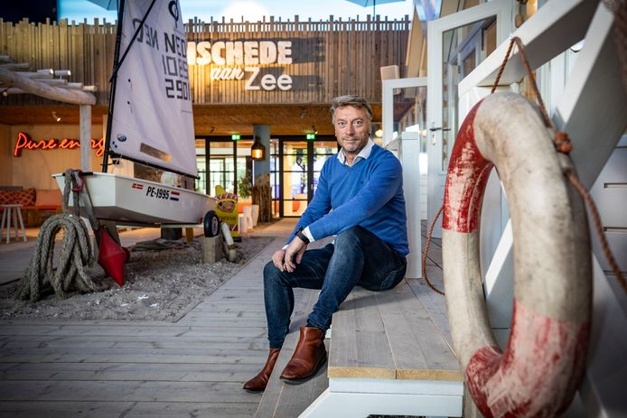 Arthur Vermeulen, directeur 'wind' bij Pure Energie, in de vergaderruimte die is omgedoopt tot strand en de naam 'Enschede aan zee' heeft meegekregen.
