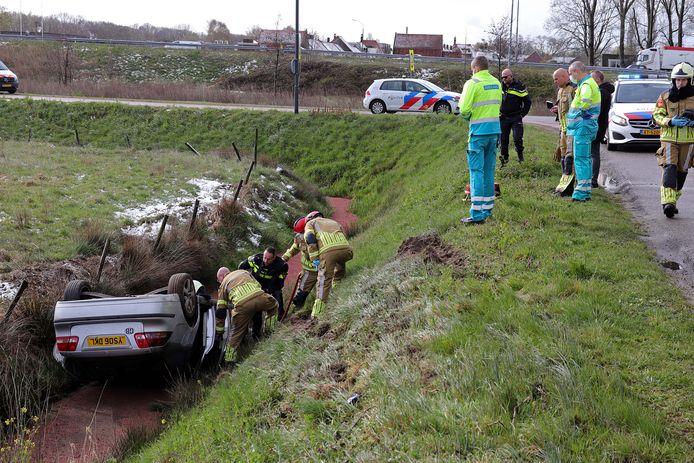 De auto die in de sloot is beland langs de Valkenvoortweg in Waalwijk.