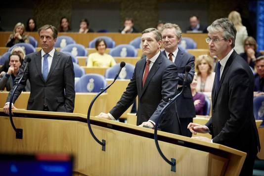 CDA-leider Sybrand Buma (midden) aan de microfoon in de Tweede Kamer