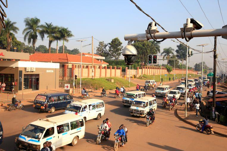 Camera's houden een oogje op het kruipende verkeer in een straat in Kampala. Beeld Reuters