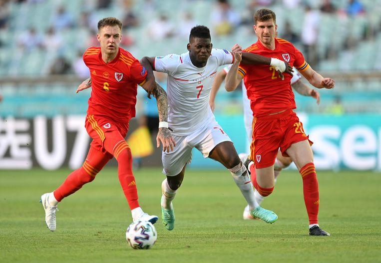 Rodon (l) en Mepham (r) houden de Zwitserse aanvaller Embolo van de bal. Beeld AP