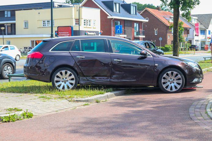 Auto raakt van de weg na een botsing op de kruising van de Aluminiumweg en de Arnhemseweg in Apeldoorn. Het voertuig raakt hierbij een hekje en een verkeersbord en komt op een fietspad tot stilstand.