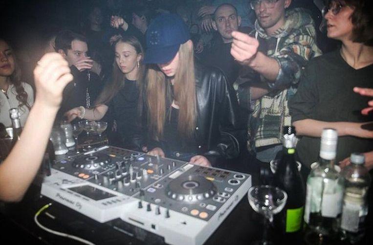 De waarschijnlijke dochter van Poetin draait een setje in een volle nachtclub. Beeld