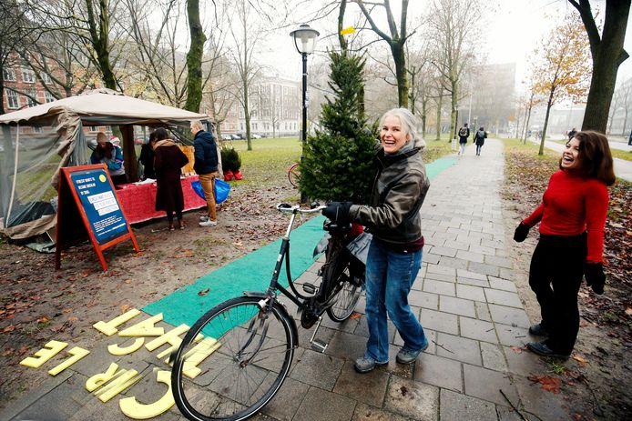 Hanneke uit Sterrenwijk haalt haar bestelde boom op met de fiets.