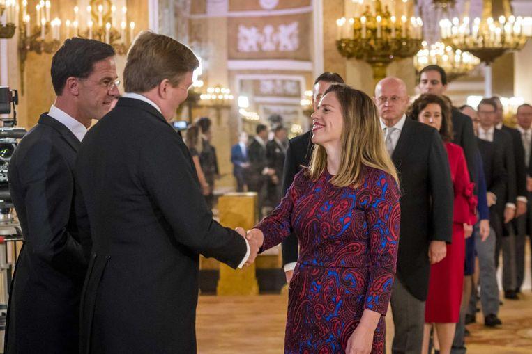 Carola Schouten begroet koning Willem-Alexander tijdens de beëdiging in Paleis Noordeinde. Beeld anp