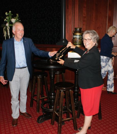 Heemkunde Markelo viert 25 jaar: en krijgt van burgemeester Nauta een wel heel bijzonder cadeau