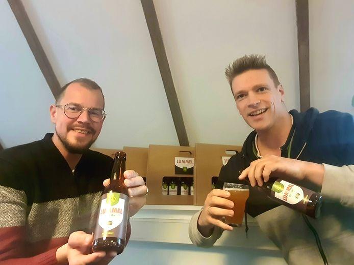 Gerbert Voortman (links) en Martin ter Denge met het nieuwe speciaal bier: de Riessense Lummel.