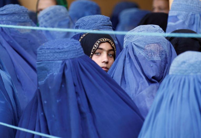 A girl looks on among Afghan women lining up to receive relief assistance, during the holy month of Ramadan in Jalalabad, Afghanistan, June 11, 2017. © Parwiz Beeld REUTERS