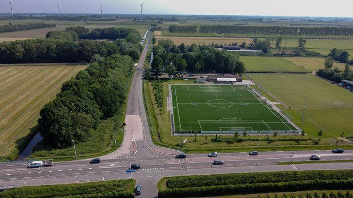 Op de voorgrond de gevaarlijke fietsersoversteek bij de provinciale weg N327 naar de Boutensesteinweg in Rumpt die straks voert naar het sportpark, gemeentewerf, groenbedrijf en Haaften