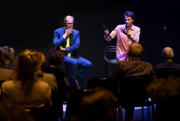 Klassiek componist Merlijn Taalfhoven (rechts) in gesprek met de Doetinchemse burgemeester Mark Boumans en het publiek.