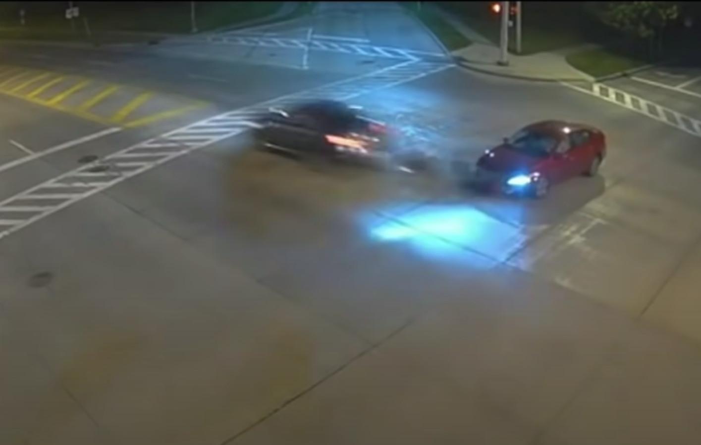 Eén van de crashes werd duidelijk op video vastgelegd. Het rijgedrag van de vrouw kostte de andere auto z'n neus.