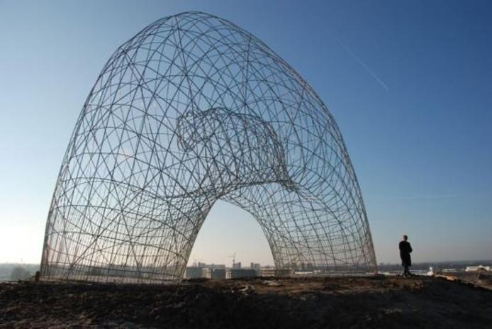 De poema is terug in Apeldoorn. Dé nieuwshype van zomer 2005 inspireerde de Amstedamse kunstenaar Maarten de Reus tot een reusachtig beeld dat pontificaal is neergezet op de Vellertheuvel in Zuidbroek. foto Gemeente Apeldoorn