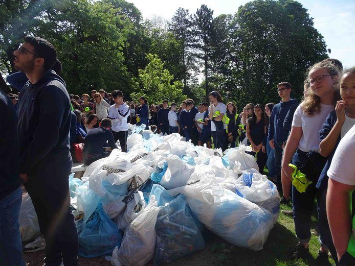 De leerlingen van RC zamelden maar liefst 250 vuilniszakken met zwerfvuil in.