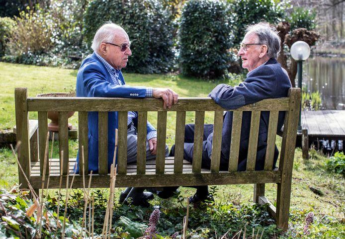 Twee oude buurjongens ontmoeten elkaar na 75 jaar weer: Herbert Zwartz (links) en Evert Jan Bosch.