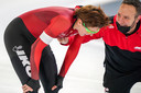Jorien ter Mors met trainer Erwin ten Hove na afloop van haar 3000 meter tijdens het NK allround. De Enschedese is diep gegaan.