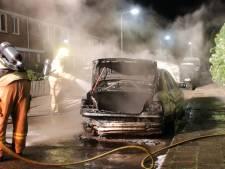 Auto brandt uit, eigenaar wordt pas na het blussen wakker gemaakt