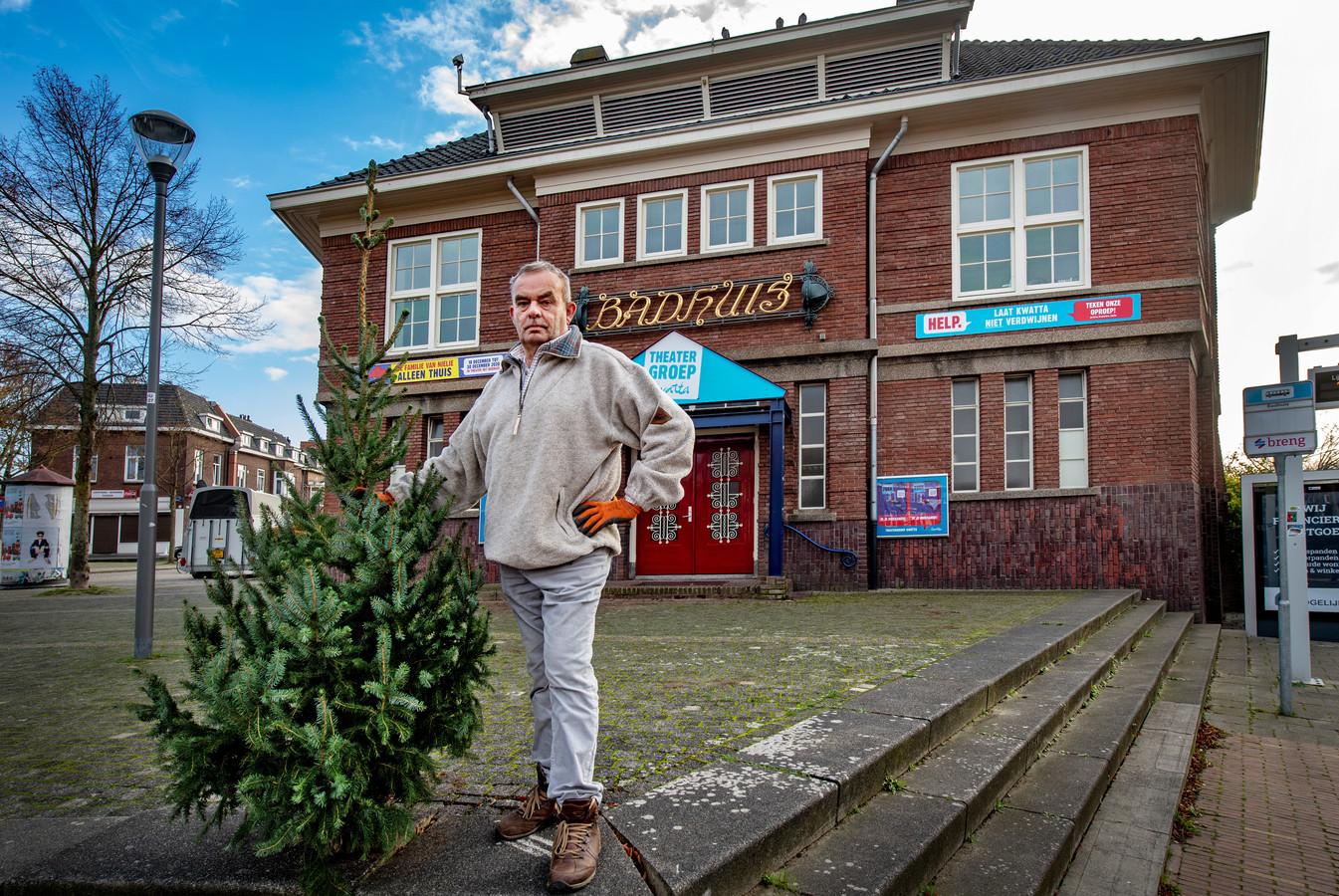 Kerstbomenverkoper Frits Jurriën op zijn vroegere standplaats voor het Badhuis aan de Daalseweg in Nijmegen-Oost.