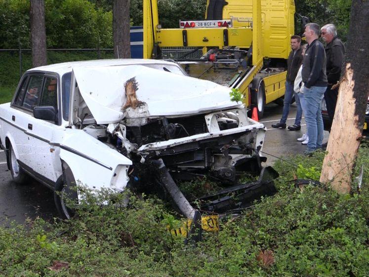 Auto komt tot stilstand tegen een boom in Rijssen