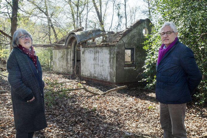 In een kippenhok op het landgoed De Weele zaten in de oorlog Joodse gezinnen ondergedoken. Fleur ter Kuile-van Heek en Jules Pieters van de Historische Kring staan bij de ruïne van het onderduikadres.