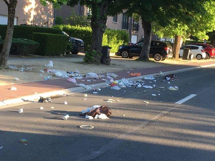 Opengereten zakken zorgen vaak voor zwerfvuil op straat.